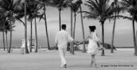 Paar laeuft am Strand von Key Biscayne nach Trauung