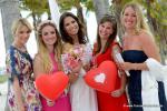 Braut und Bridemaids mit Roten Luftballons am Strand von Key Biscayne
