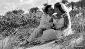 Heiraten in Florida mit Florida Hochzeiten Paar sitzt in den Duenen und kuesst sich