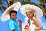 Hochzeitspaar mit weissen Sonnenschirmen