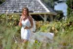 Braut aus der Ferne aufgenommen am Strand von Delray Beach mit Fotograf von Florida Hochzeiten