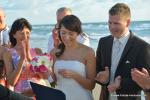Applaudierende Hochzeitsgesellschaft nach Trauung