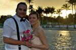 Romantische Trauung zum Sonnenuntergang mit Palmen und Meer im schoenen Florida Licht