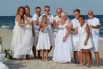 Strandhochzeit mit Gaesten alle in weiss gekleidet
