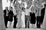 Glueckliche jubelnde Hochzeitsgesellschaft in Florida