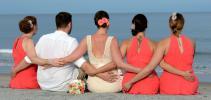 Brautjungfern in Orange gekleitdet mit Braeutigam
