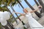 Braut mit Luftballons im weissen Hochzeitskleid mit Luftballons