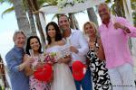 Hochzeitsgesellschaft unter Lanaibogen auf Key Biscayne nach gluecklicher Trauung von Florida Hochzeiten
