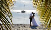 Strandhochzeit mit Florida Hochzeiten diskret durch Palmen fotografiert