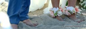 Fuesse der Braut dekoriert mit Blumen im Sand