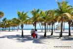 Florida Hochzeit am Strand von Key Biscayne mit hunderten von Palmen und blauen Himmel