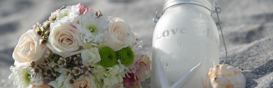 Heiraten in Florida Glas mit Love Schrift und Brautbouquet in Cremeweiss