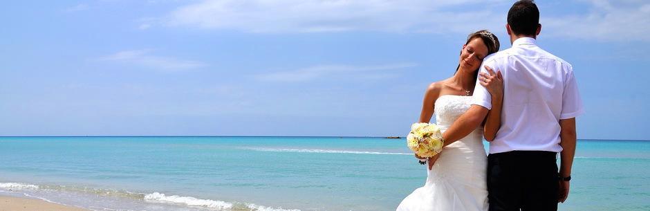 Heiraten in Florida am Strand mit Florida HochzeitenBraut lehnt an Schulter von Braeutigam nach Strandtrauung