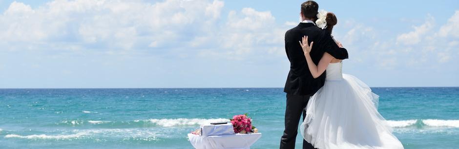 Heiraten in Miami mit Florida Hochzeiten Paar schaut auf das Meer Rueckenansicht