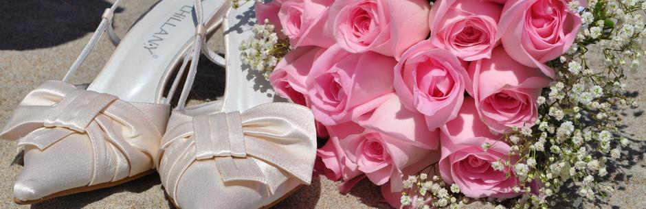 Heiraten in Florida am Strand von Miami Brautstrauss aus Rosen in Rosa und Brautschuhe in Cremefarben am Strand