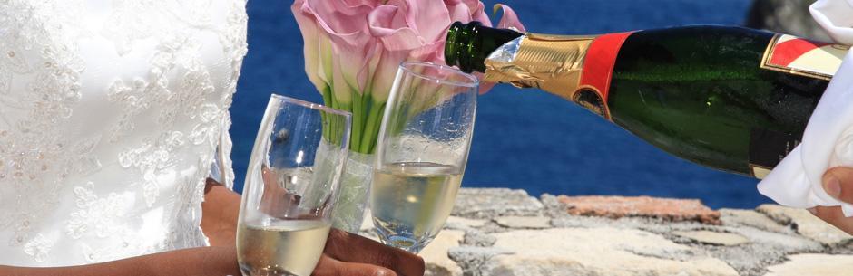 Heiraten in Florida in Miami und Naples Champagner und Glaeser mit Brautstrauss aus Calla Lilien