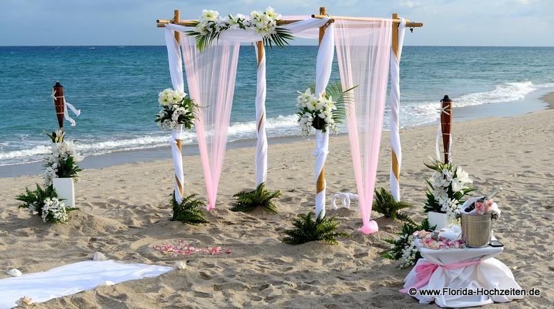 Heiraten mit Florida Hochzeiten unter einem Bambus Hochzeitsbogen