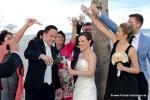 Froehliche Hochzeitsgesellschaft laesst Rosenblaetter auf Brautpaar regnen in Florida