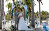 Florida Hochzeit unter Palmen mit Rosenbogen in tuerkis
