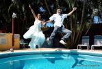 Hochzeitspaar springt bekleidet in den kristallklaren Pool im Parliament Inn