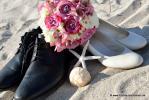 Brautschuhe mit Brautstrauss und Muscheln im Sand von Florida