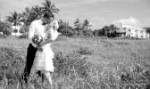 Kuessendes Paar nach Strandhochzeit