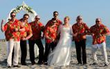 Best Men in gleichen Massgeschneiderten Hemden posieren mit Braut
