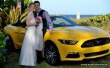 Muscle Car und Brautpaar mit Meer im Hintergrund
