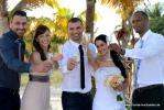 Froehliche Hochzeitsgesellschaft unter Palmen am Abend