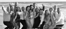 Froehlich lachende Hochzeitsgesellschaft