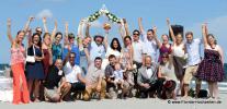 Grosse Hochzeitsgesellschaft mit Freunden und Familie am Strand von Delray Beach
