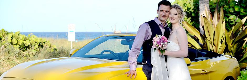Heiraten in Florida mit Florida Hochzeiten am Strand mit Brautpaar und Cabriolet unter Palmen