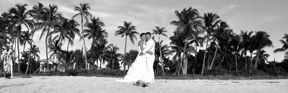 Heiraten in Florida am Strand von Naples Schwarz Weiss Foto mit Hochzeitspaar vor Palmen