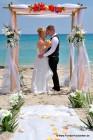 Hochzeit in Florida mit tropisch geschmueckten Bambusbogen